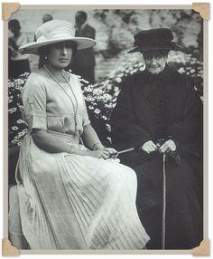 Mª Eugenia de Montijo y la reina Victoria Eugenia, en los jardines del Palacio de Liria.
