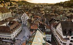 St.Gallen in der Schweiz, liegt unweit des #Bodensee St Gallen, Paris Skyline, Travel, Contemporary Art, Old Town, Switzerland, Places, Architecture, Viajes