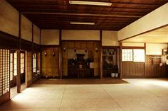 The interior of a traditional Chinese dojo. I am going to have a training room in my house some day for sure! Japanese Dojo, Japanese House, Kendo, Japanese Architecture, Architecture Design, Karate Dojo, Karate School, Japanese Interior Design, Martial Arts Training
