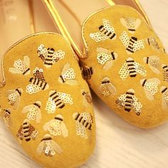 Picture does not go to link. Cute Shoes, Me Too Shoes, I Love Bees, Bee Art, Bee Theme, Save The Bees, Bee Happy, Driving Shoes, Bees Knees
