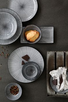 Opdrachtgever, Millermedia voor Tokyo Design Studio. Styling, Iris van der Meer. Fotografie, Peggy Janssen. Servies, tableware, ceramics, food, black, sedan, wood, chocolate, white, still