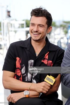 Orlando Bloom Photos - Orlando Bloom speaks onstage at the at San Diego Comic-Con Day Three at the IMDb Yacht on July 2019 in San Diego, California. - At San Diego Comic-Con Day Three Z Cam, Disney Channel Stars, Laura Marano, Austin And Ally, Debby Ryan, Celebrity Dads, Celebrity Style, San Diego Comic Con, Orlando Bloom