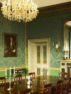In May 1922, The Shelbourne played host to its most historic meeting – the drafting of the Irish Constitution.  Bunreacht na hÉireann was drawn up in room 112, under the chairmanship of Michael Collins. This room is now The Constitution Room.