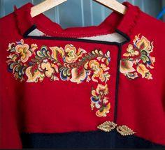 jpg Recently sold at an auction in Norway Scandinavian Embroidery, Scandinavian Folk Art, Folk Fashion, Retro Fashion, Folk Costume, Costumes, Norwegian Clothing, Norwegian Vikings, Norwegian Style