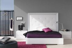 dormitorio con la pared en gris, cabecero y mesitas de noche en blanco y toque de rosa y morado