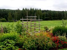 Heinäseipäät Wattle Fence, Garden Fencing, Garden Planters, Fences, Labyrinth Garden, Green Garden, Garden Projects, Vineyard, Outdoor Structures