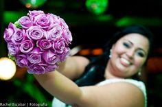 Buquê de noiva de rosas lilás. Foto: Rachel Escobar - Fotografia