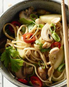 Een heerlijk dampend kommetje Thaise noedels, en het goede nieuws is: je zet deze vegetarische topper in 20 minuten op tafel! Pureed Food Recipes, Thai Recipes, Asian Recipes, Healthy Recipes, Feel Good Food, I Love Food, Couscous, Paella, Risotto
