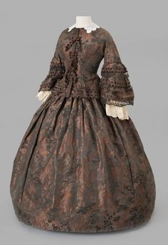 """""""Rust Brown and Black Dress, ca. 1853 Silk damask with lace and chenille trim Credit: Gift of Marguerite Shortiss Fiske Accession number: Albany Institute of History & Art"""" Crinoline Dress, Silk Dress, Dress Up, Modest Dresses, Day Dresses, Victorian Era Dresses, 1850s Fashion, Black Women Fashion, Womens Fashion"""