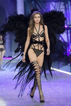 Gigi Hadid Photos Photos - Gigi Hadid walks the runway during the 2016 Victoria's Secret Fashion Show on November 2016 in Paris, France. - 2016 Victoria's Secret Fashion Show in Paris - Show Victoria Secret Angels, Victoria Secret 2016, Gigi Hadid Victoria Secret, Victoria Secret Fashion Show, Victoria Fashion, Victorias Secret Models, Victorias Sectret, Victoria 2016, Victoria Secret Lingerie