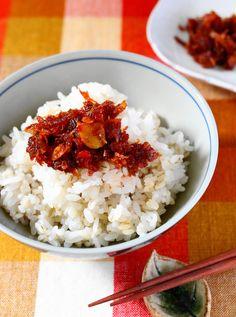 香味野菜の食べるラー油 by 前澤 泰爾 / 今やすっかり定番の『食べるラー油』。身近な香味野菜をたっぷり使った、食感、風味を楽しめる一品です。意外と簡単な工程で作れるので、あなただけのオリジナル食材を加えてみるのも良いかもね。ごはんのお供に嬉しい「食べラー」を自家製で挑戦してみて!! / Nadia