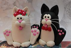 Could make a cute kitty couple out of fondant. Polymer Clay Cat, Polymer Clay Kunst, Polymer Clay Ornaments, Polymer Clay Figures, Polymer Clay Animals, Polymer Clay Projects, Polymer Clay Charms, Polymer Clay Creations, Biscuit