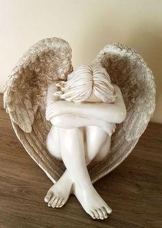 Groot beeld treurende engel