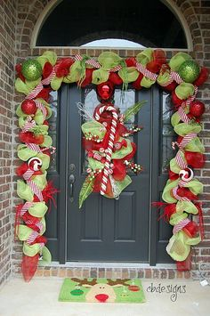 A Whole Bunch Of Christmas Porch Decorating Ideas #diy #crafts