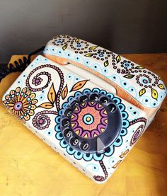 Tem um telefone antigo perdido por aí? A Jéssica, do Mafuah Chic, ensina como personalizá-lo pra decoração: posca.com.br