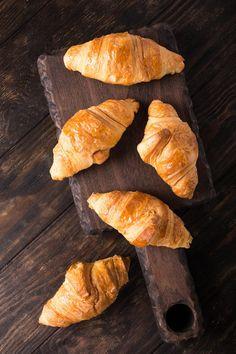 Czekoladowe croissanty w 15 minut! - DomPelenPomyslow.pl Nutella, Carrots, Bread, Vegetables, Recipes, Food, Recipies, Carrot, Breads