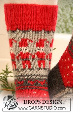 Gestrickte DROPS Socken mit Weihnachtsmuster in Karisma. Grösse 32-43. Kostenlose Anleitungen von DROPS Design.