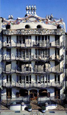 La otra cara de la #CasaBatlló, vista desde el interior de la manzana http://www.viajarabarcelona.org/lugares-para-visitar-en-barcelona/casa-batllo/ #Barcelona #Gaudí