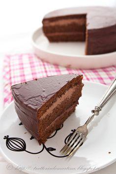 Torta cioccolato dentro e fuori  Ingredienti per la base: 20g di farina 00 40g di maizena 80g di zucchero a velo vanigliato 90g di burro 45g di cioccolato fondente 45g di cioccolato gianduia 30g di farina di mandorle 4 tuorli 5 albumi 1/2 bustina di lievito chimico  per la ganache al cioccolato: 125g di panna 125 di cioccolato (metà fondente e metà gianduia) 15g di burro  per la copertura: 150g di cioccolato (metà fondente e metà gianduia) …