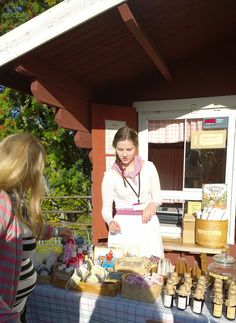 Turkansaaren ulkomuseon oma, pieni museokauppa Kirstu myy markkinoilla omia tuotteitaan mukavista muistiaisista aina makoisiin maistiaisiin kotiin viemisiksi. Tuotevalikoimasta löytyy muun muassa postikortteja, tervatuotteita, saippuoita sekä keramiikkaa. Oulu (Finland)
