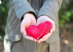 DIY Felt Heart Hand Warmers | http://hellonatural.co/diy-heart-hand-warmers/