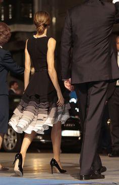 Reina Letiiza, vista posterior de su vestido modelo ostra de Felipe Varela en los premios princesa de Asturias 2015
