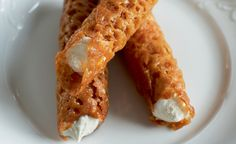 Brandy_Snaps, mary berry - I used to make these a lot 20 years ago, incredibly simple to make and delicious! British Bake Off Recipes, British Desserts, Great British Bake Off, Mary Berry, Brandy Snaps, Pastry Recipes, Baking Recipes, Dessert Recipes, Delicious Desserts