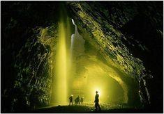 A caverna mais profunda do mundo, fica próxima ao Mar Morto - é a Krubera-Voronya .