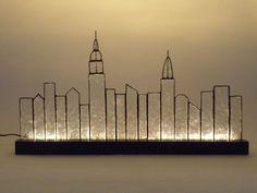ニューヨーク マンハッタンの摩天楼をモチーフにしたステンドグラスパネルです。LEDランプが付いていますので、ライトアップも楽しむことが出来ます。*材質:ガラス(クリア)、カッパ(銅)テープ、木(台座部分)*LEDランプ、LED用DC12V電源アダプター、...