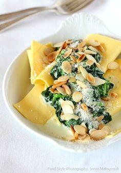 Lasagne aux épinards, parmesan, amandes et pignons de pin torréfiés