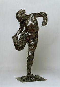 Tänzerin, ihre rechte Fußsohle betrachtend