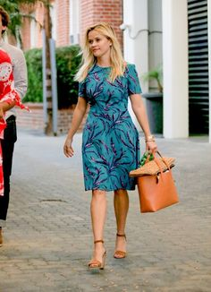 Reese Witherspoon playfully bites her tongue as she carries a load of colorful clothes Reese Witherspoon Style, Star Fashion, Fashion Outfits, Colourful Outfits, Colorful Clothes, Weekend Style, Spring Summer Fashion, Celebrity Style, Short Sleeve Dresses