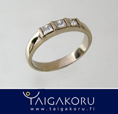Valkokultainen timanttisormus. 3 kappaletta timantteja, princess-hionta. www.taigakoru.fi  Taigakoru valmistaa tilaustyönä persoonallisia kihla- ja vihkisormuksia. Toteutamme haastavatkin sormustoiveenne ja voimme suunnitella vihkisormukset myös oman ideanne mukaiseksi. Erikoisuutenamme ovat kultahippusormukset, joihin käytämme aitoja, Lapin kultamailta kaivettuja kultahippuja. Suunnittelun alkuvaihessa toimitamme sormuksien hinta-arvion sekä luonnoksen, jonka avulla voitte tehdä päätöksen…