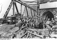 US First Army troops at the Ludendorff Bridge in Remagen, Germany, 8-10 Mar 1945. (German Federal Archives: Bild 173-0422)