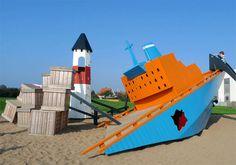 A empresa dinamarquesa de arquitetura Monstrum faz playgrounds a partir do olhar de quem realmente importa: a criança. Monstros, castelos deformados, perspectivas distorcidas, labirintos em 3D, tudo aquilo que faz tanto sentido porque não faz sentido nenhum, a não ser para quem sabe brincar e fantasiar.