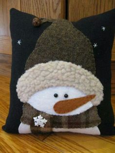 This cute little pillow is perfect for the season! It features a little snowman whos all dress up for some frosty weather. He has his woolen touque Snowman Crafts, Christmas Projects, Felt Crafts, Holiday Crafts, Christmas Cushions, Christmas Pillow, Christmas Snowman, Christmas Diy, Theme Noel