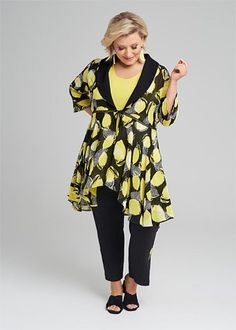 Kledingtips voor de kleine vrouw met maatje meer. Apple Body Shapes, Tunic, Plus Size, Lifestyle, Sewing, Elegant, Blouse, Outfits, Tops