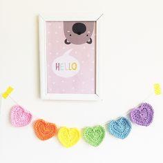 Varalzinho de corações para decorar com cor e amor!  Fica lindo na parede, na janela, em prateleiras.  Vem com fio unindo as peças e você pode ajustá-lo no tamanho que preferir!    Tamanho do varal: Ajustável  Quantidade de corações: 06  Tamanho do coração: 7,5x7,5 cm  100% algodão
