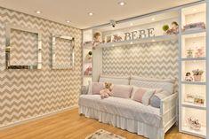 Quarto de bebê menina, projetado pela arquiteta Keyla Kinder. Papel de parede em chevron cinza e branco e enxoval em cinza, branco e rosa.