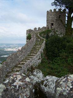 Escadaria de pedras no Castelo dos Mouros na aldeia de Sintra, região de Lisboa, Portugal.  Fotografia: Lusitana.