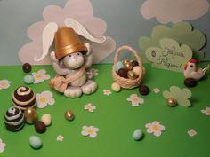 Création modelage de Pâques : petit lapin et chapeau cloche, accompagné de ses petits oeufs de pâques... par Melle F.