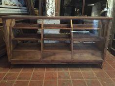 Hemos restaurado este fantástico mostrador de madera de nogal y cristal. Descubre su fantástico precio en http://oikkideco.com/mostrador-restaurado/