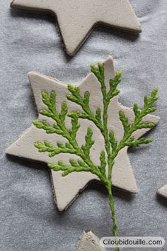 Clay decorations for Christmas trees – Ciloubidouille - Weihnachten Decorations For Christmas Trees, Christmas Centerpieces, Centerpiece Ideas, Halloween Decorations, Christmas Clay, Christmas Projects, Christmas Ornaments, Ceramic Christmas Trees, Christmas Post
