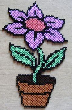 Flower in perler beads Melty Bead Patterns, Pearler Bead Patterns, Perler Patterns, Beading Patterns, Beading Tutorials, Bracelet Patterns, Hama Beads Design, Diy Perler Beads, Perler Bead Art