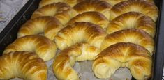Hrníčkové měkoučké rohlíky z kyselé smetany – nejlepší recept: Zkuste je s jablečnou a ořechovou nádivkou Bagel, Doughnut, Bread, Food, Yum Yum, Recipes, Basket, Meal, Essen