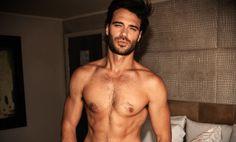 Giulio Berruti posa nudo per Attitude (e per promuovere il sesso sicuro)