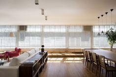 A sala de estar é o cômodo mais social da casa e, por isso, costuma receber atenção especial na hora da decoração. Pensando nisso, a Casa Vogue preparou um verdadeiro dossiê que ensina como usar cores e materiais no ambiente. Clique e eleja sua estética favorita!