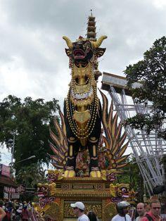 Fiesta de cremación enfrente del mercado de Ubud
