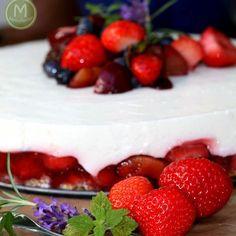 Neu auf dem Blog. Kühlschranktorte mit Erdbeeren, Holunderblütensirup  und ganz viiiiieeel Quark und Buttermilch. Lecker, fruchtig und leicht. Was will man mehr?