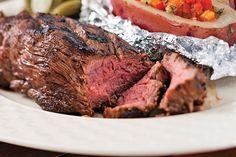 À l'aide d'un couteau bien affûte, lacérer les deux côtés du steak pour obtenir un quadrillage...